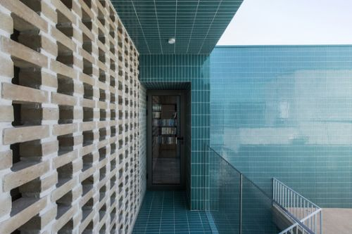 Blue-yard House / Ayeneh office