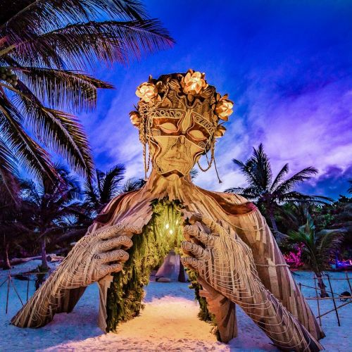 A Towering Wooden Sculpture by Daniel Popper Welcomes Beachgoers in Tulum