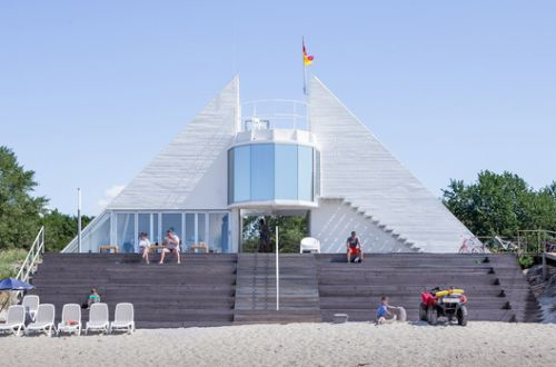 Lifeguard Station with Amphitheater / DO ARCHITECTS