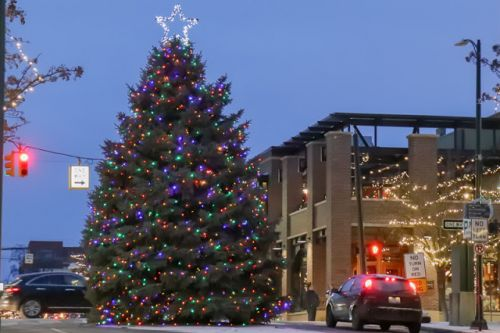DOWNTOWN SPARKLES IN HOLIDAY SPLENDOR