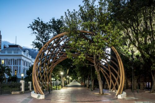Snøhetta and Local Studio Unveil Wooden Archway Honoring Archbishop Desmond Tutu in South Africa
