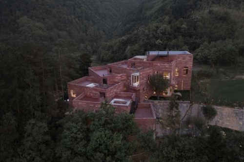 River Flows in Mountain Red House / SU Architects
