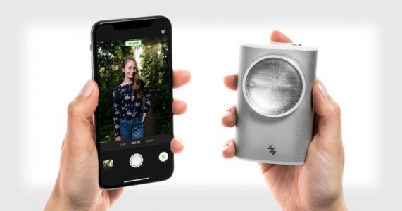 LIT Flash is an Off-Camera Xenon Flash for Smartphone Cameras