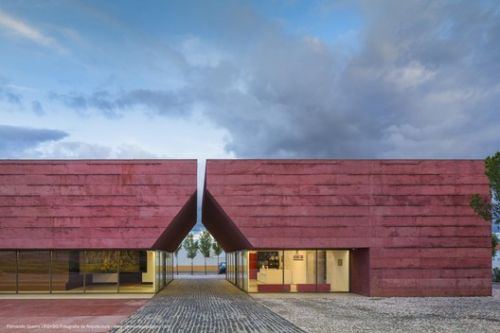 The Possibilities of Pigmented Concrete: 18 Buildings Infused With Color