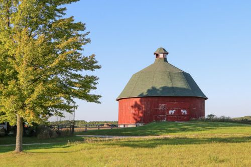 RED BARNS BRIGHTEN THE COUNTRYSIDE